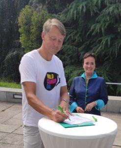 Rosemarie Heilig und Holger Holland in Frankfurt bei der Unterzeichnung der Kooperation zum World Cleanup Day am 19.09.2020